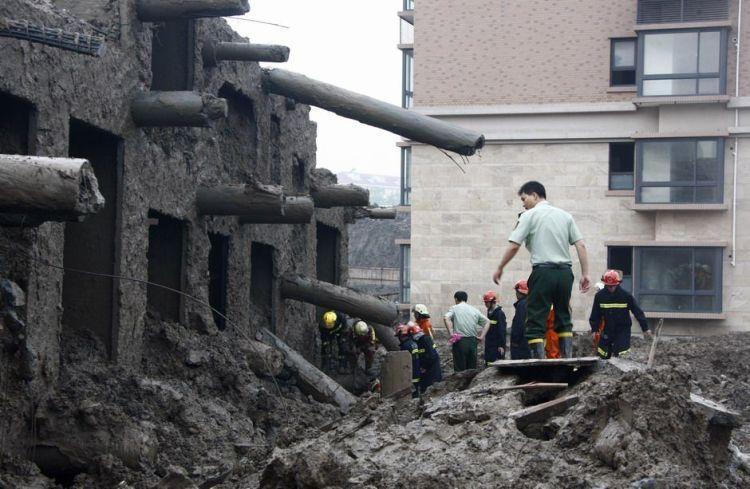 В сети появилось видео с места обрушения здания в Москве