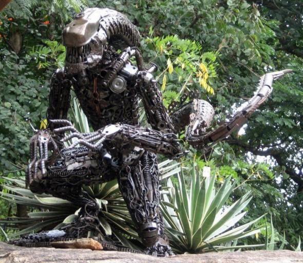 Скульптуры Хищника и Чужого