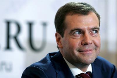 Дмитрий Медведев улыбается