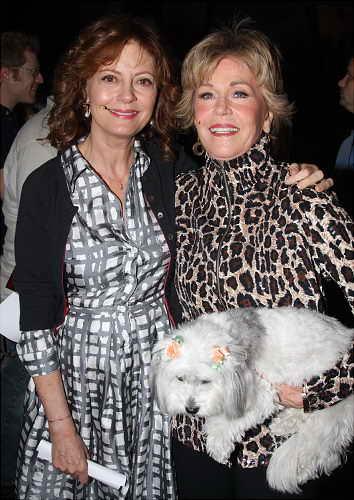 Джейн Фонда с пушистым белым щенком