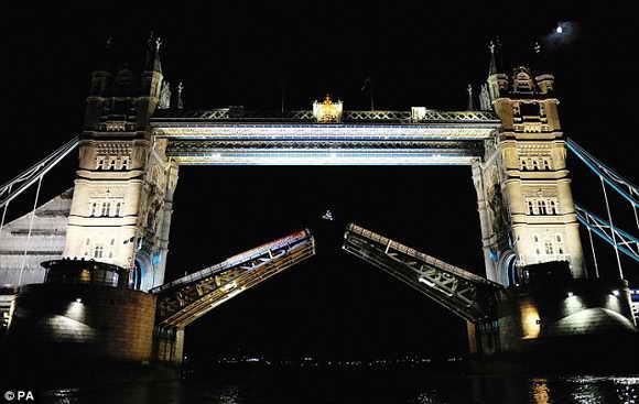 Смелый мотоциклист Робби Мэддисон перепрыгнул через Лондонский мост
