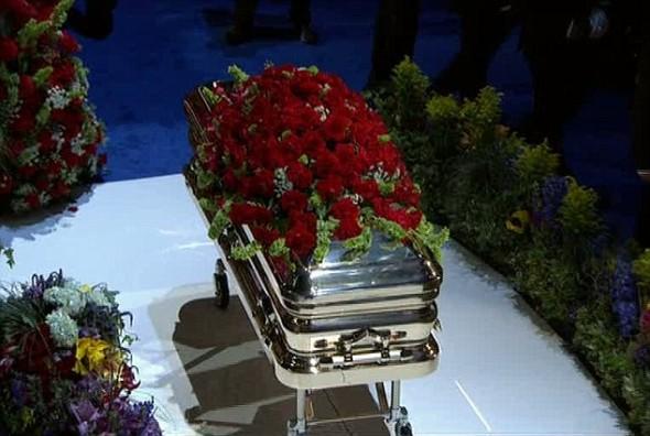 Гроб с телом Майкла Джексона