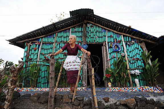 Сумасшедший дом из пластиковых бутылок, Эквадор