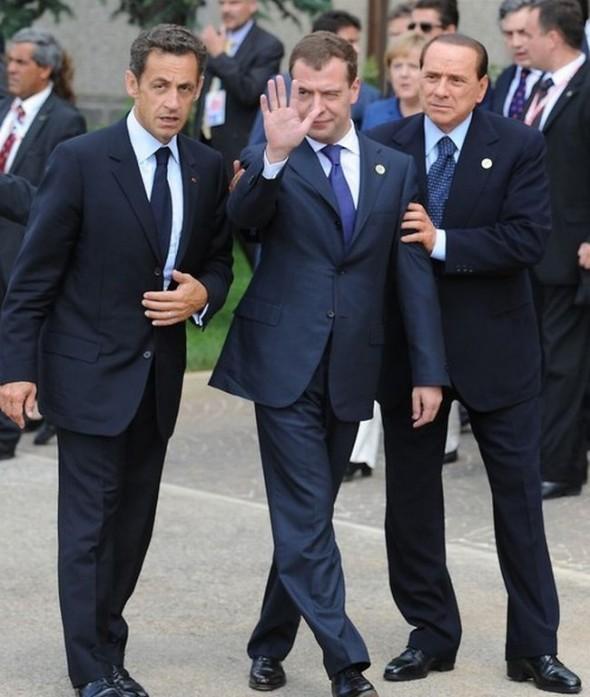 Саммит G8 Берлускони держит заплетающегося Медведева