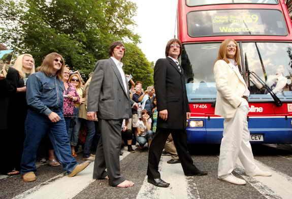 """фанаты группы """"Beatles"""" собрались в Лондоне, чтобы отпраздновать 40-летие выхода альбома """"Abbey Road"""""""