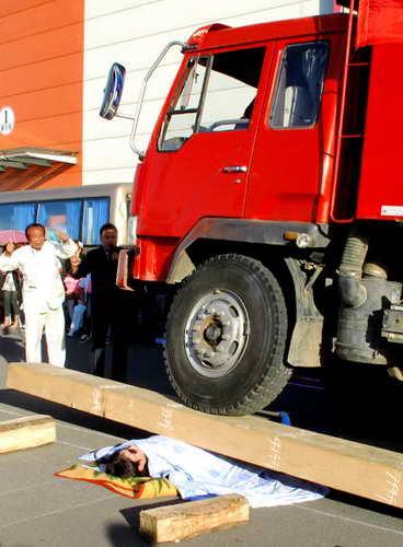 Китайскому силачу, Лью Зенью, удалось поднять над грудью 16-тонный грузовик