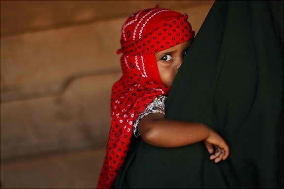 Ребенок ожидает доктора в медицинском центре Врачи без Границ (Medecins Sans Frontieres) в Дадаабе, Кения