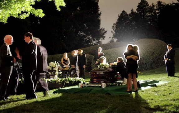 Родственники собрались возле могилы сенатора Эдварда Кеннеди