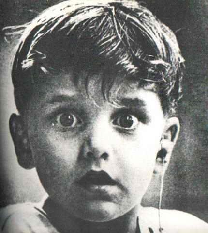 Мальчик, который впервые в своей жизни услышал звук