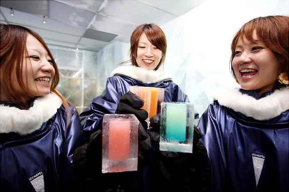 Люди наслаждаются коктейлями в Icebar Tokyo в Японии