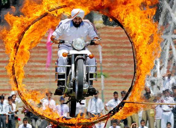 Индийская полиция демонстрирует свои умения на праздновании Дня Независимости Индии