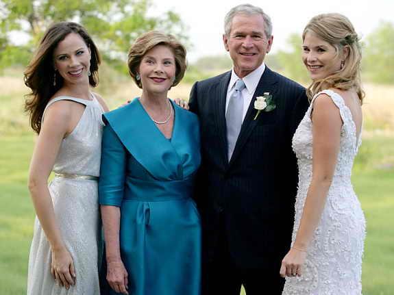 Чета Бушей, включая дочерей-близняшек