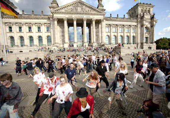 Флеш-моб в честь Майкла Джексона, исполнив танец зомби