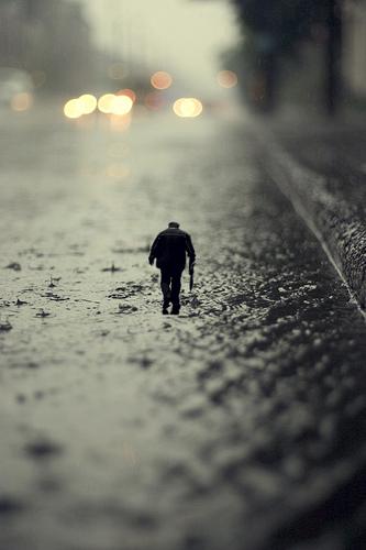 миниатюра  человек в дождь
