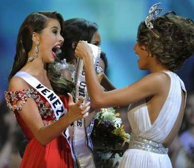 Мисс Вселенная 2009. Две Мисс Вселенная 2008 и 2009 из Венесуэлы в процессе награждения