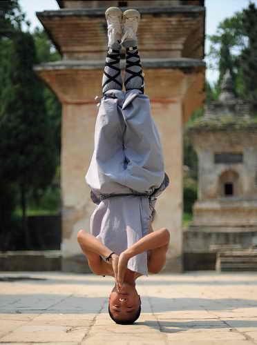 Монах практикуется в кунг фу в храме Шаолинь (построен в 495 н.э.) на горе Сонгшэн в Китае
