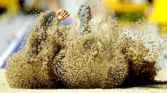 Полячка Камила Чудзик совершает прыжок в соревновании по семиборью во время Всемирного Чемпионата по атлетике в Берлине