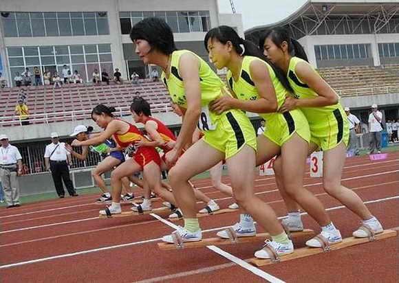 Спортивная гонка на дощечке. Выступает трио девушек