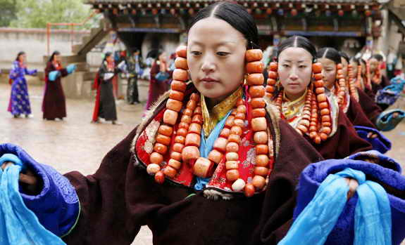 "Китаянки танцуют на традиционном фестивале ""Льюэхуи"""