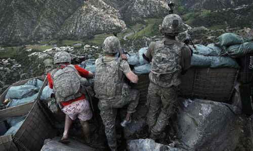 Американский солдат воюет в трусах, футболке и тапочках