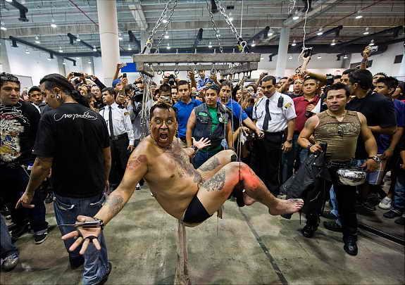 Мастер тату Джордж Кастро попытался побить рекорд Гиннеса, подвесив себя на крючках на Международной конвекции татуировок
