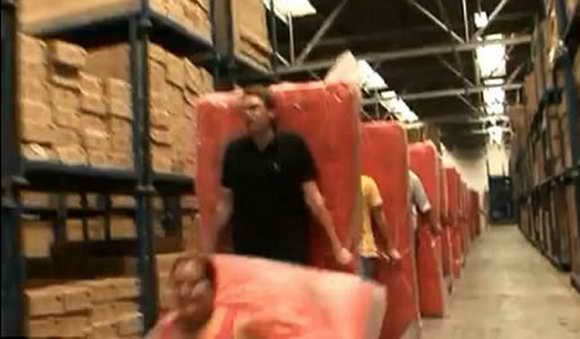 Мировой рекорд по самому длинному домино из матрацов