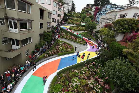 Дети превратили улицу Ломбард Стрит в Сан франциско, США, в игру Конфетная земля