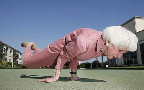 83-летняя женщина-йог