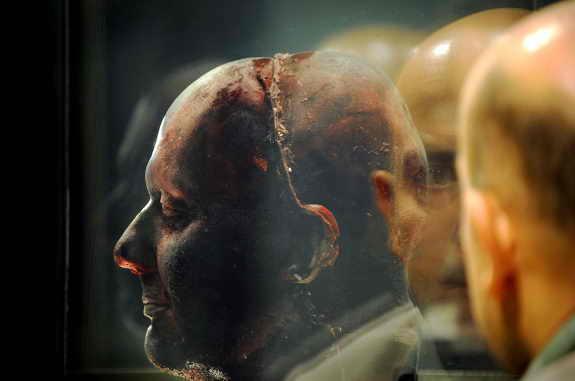 """Скульптор Марк Квинн представил в галерее """"Национальный портрет"""" в Лондоне модель собственной головы, которую он сделал из своей замороженной крови"""