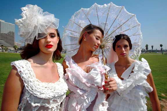 """В предверии 09/09/09, израильский модельер """"Lily"""" представила в Тель Авиве коллекцию свадебных нарядов из... туалетной бумаги"""