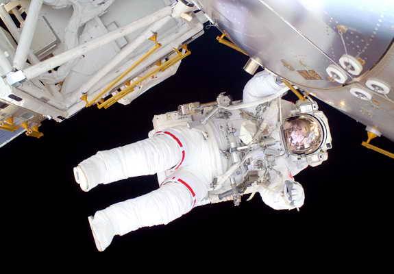 Бортовой инженер Николь Стотт работает на шаттле Discovery в открытом космосе
