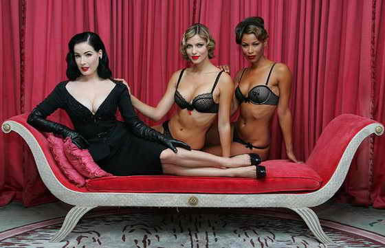 Известная стриптизерша Дита Фон Тиз позирует с моделями во время запуска новой коллекции марки женского белья Wonderbra в Лондоне