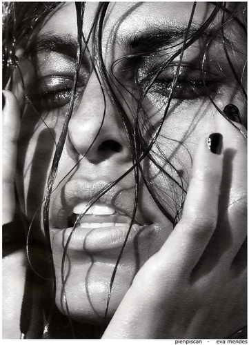 Eva Mendes вторая поза