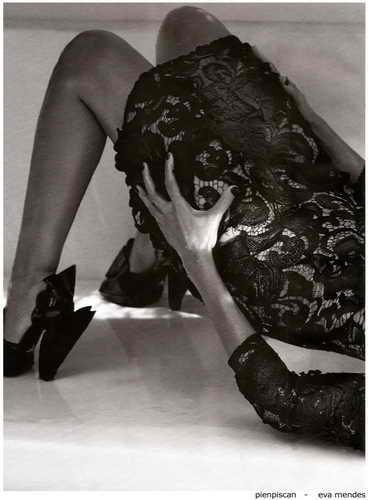Eva Mendes в третьей позе