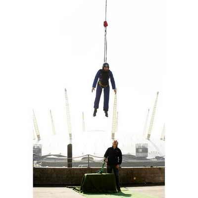 Выше всех прыгнуть с помощью эластичного троса удалось Бену Шефарду