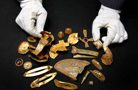 В Бирмингемском музее выставили самое большре из найденных в Великобритании сокровищ - изделия из англо-саксонского золота, найденные совсем недавно на ферме в Англии