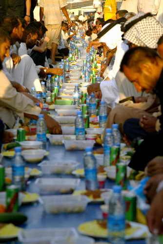 Иракские мужчины собрались на традиционный прием пищи Ифтар, оповещающий о конце Рамадана