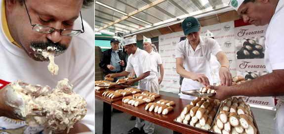 В Нью Йорке прошло Соревнование по поеданию итальянский канноло. Канноло - итальянское лакомство, представляющее собой вафельные или слоёные трубочки с начинкой