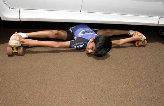 9-летний мальчик Рохан Аджит Кокане из Индии смог прокатиться на роликах под автомобилем, где клиренс - 17 сантиметров