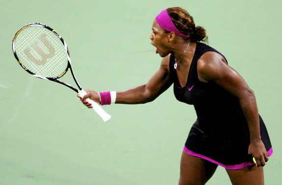 Сирена Уилльямс спорит в судьей, что привело ее к дисквалификации на Открытом Чемпионате США 2009 по теннису