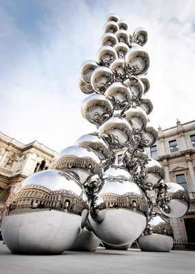 """Скульптура """"Высокое дерево и глаз"""" Аниши Капура поразила воображения на галерее в Королевской Академии в Лондоне"""