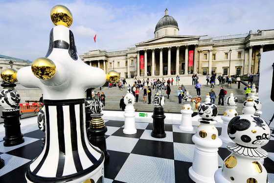 """В Лондоне установили необычную инсталляцию под названием """"Турнир на Трафалгарской площади"""", которая состоит из 2-х метровых шахмат и стеклянной, с элементами мозаики шахматной доски"""