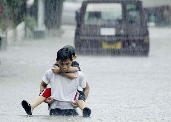 На Филлипинских островах началось сильное наводнение вследствие бури Кетсаны на севере Манил: за день выпала месячная норма осадков