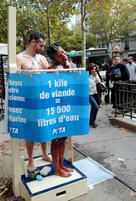 В Париже пара активистов из PETA публично приняла душ в знак протеста против употребления мяса в пищу, так они хотели показать, что при потреблении мяса тратится очень много воды