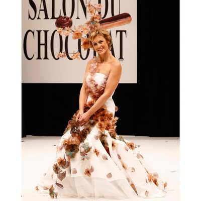 В невероятном шоколадном платье появилась на подиуме французская актриса Анн Ришар