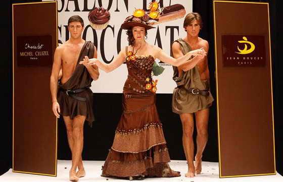 Актриса Джули Феррье вышла на подиум в шикарном шоколадном платье