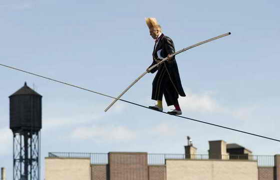 В Нью Йорке акробат Белло Нок из цирка Big Apple Circus прошелся по канату прямо над улицей