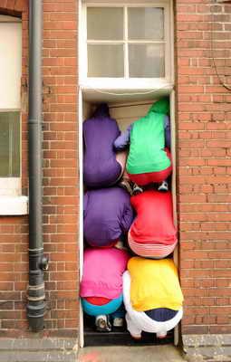 """Команда австрийского артиста Уилли Дорнера """"Bodies in Urban Spaces"""" (""""Тела в урбанистическом пространстве"""") провели свое представление в Лондоне, втиснувшись во входную дверь дома"""