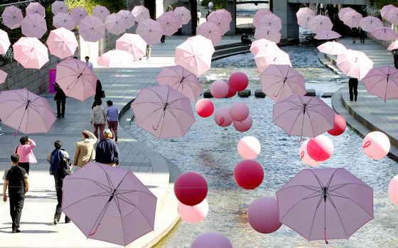 В Сеуле, Южной Корее, прошла кампания по привлечению внимания к раку груди Breast Cancer Awareness Campaign, для этого над улицами повесили розовые зонты и воздушные шары