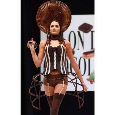 На подиуме французская модель Летиция Рей представляет шоколадную одежду от модельера Евы Рэшлин